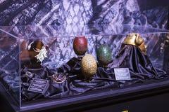 Costumi originali degli attori e dei puntelli dal ` The Game di film del ` dei troni nei locali del museo marittimo di Barcellona Immagini Stock