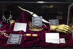 Costumi originali degli attori e dei puntelli dal ` The Game di film del ` dei troni nei locali del museo marittimo di Barcellona Fotografia Stock