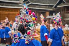 Costumi tradizionali vestiti una donna immagini stock