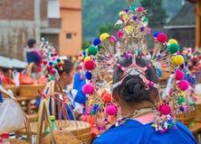 Costumi tradizionali vestiti una donna fotografie stock