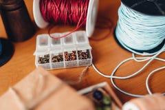 Costura, caja con las gotas en la tabla de madera Foto de archivo libre de regalías