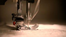 A costura da máquina de costura da roupa fecha-se acima vídeos de arquivo