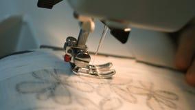 A costura da máquina de costura da roupa fecha-se acima video estoque