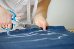 Costura de lãs naturais A mulher costura a tela da costura foto de stock royalty free