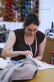 Costura de la muchacha Fotografía de archivo libre de regalías