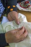 Costura de las manos del ` s de la mujer Fotografía de archivo