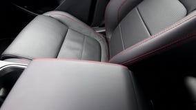 Costura de linha vermelha do assento de couro dentro do interior do carro Imagens de vídeo do trilho video estoque