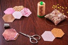 Costura de los pedazos del hexágono de tela un jardín de flores del ` s de la abuela del edredón Foto de archivo libre de regalías
