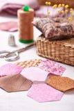 Costura de los pedazos del hexágono de tela un jardín de flores del ` s de la abuela del edredón Fotografía de archivo