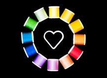 Costura del amor - círculo de hilos alrededor de un centro blanco de la forma del corazón imagen de archivo