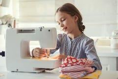 Costura del niño imágenes de archivo libres de regalías