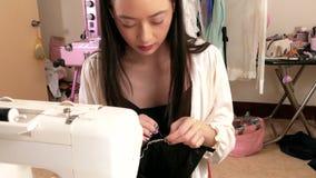 Costura do desenhador de moda em estúdio, handheld vídeos de arquivo