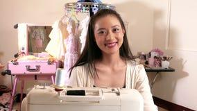Costura do desenhador de moda no estúdio vídeos de arquivo