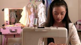 Costura do desenhador de moda no estúdio filme