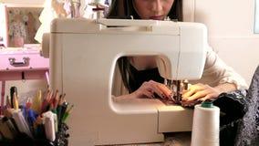 Costura do desenhador de moda no estúdio video estoque