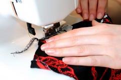 Costura en la máquina de costura Fotografía de archivo libre de regalías