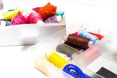 costura Equipos de costura con el hilo coloreado Fotografía de archivo