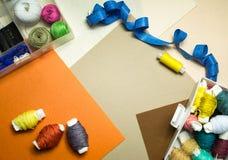 costura Equipos de costura con el hilo coloreado Fotos de archivo
