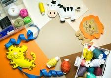 costura Equipos de costura con el hilo coloreado y los juguetes suaves hechos a mano Imágenes de archivo libres de regalías