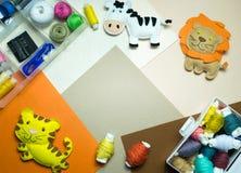 costura Equipos de costura con el hilo coloreado y los juguetes suaves hechos a mano Fotos de archivo