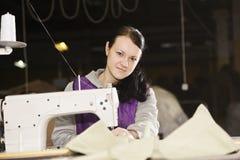 Costura joven de la costurera Fotos de archivo libres de regalías