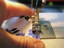 Costura manual en la máquina fotos de archivo