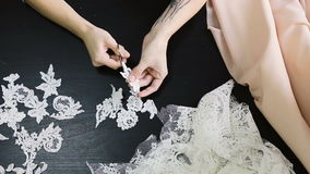 costura Visión superior La costurera Scissors cortó el cordón para los vestidos de boda metrajes