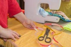Costurando ainda a vida: pano colorido as tesouras e o jogo de costura incluem linhas de cores diferentes, de dedal e do outro ac Imagens de Stock