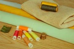 Costurando ainda a vida: pano colorido O jogo de costura inclui as linhas o Imagem de Stock