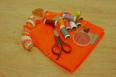 Costurando ainda a vida: pano colorido tesouras e inclu do jogo de costura Fotos de Stock Royalty Free