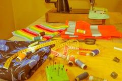 Costurando ainda a vida: pano colorido tesouras e inclu do jogo de costura Fotos de Stock