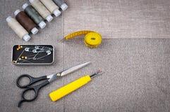 Costurando a composição do teste padrão com tesouras, carretéis da linha, pinos, fita de medição foto de stock royalty free