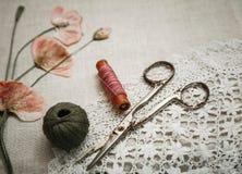 Costurando ferramentas no pano de linho com laço e olhares secos das papoilas como o bordado Foto de Stock Royalty Free