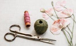 Costurando ferramentas no pano de linho com laço e olhares secos das papoilas como o bordado Imagens de Stock Royalty Free