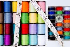 Costurando - linha - carretéis e bobinas do algodão com fita métrica Fotos de Stock