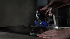 Costurando o processo Camisa preta passando de t com vapor filme