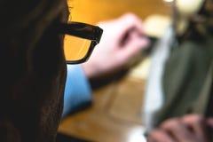 Costurando o processo da correia de couro as mãos do ancião atrás de costurar Oficina de couro costurar do vintage de matéria têx imagem de stock
