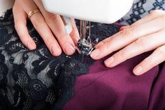 Costurando o vestido com máquina de costura Foto de Stock