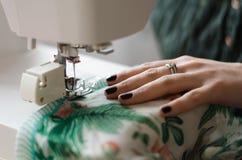 Costurar em uma máquina de costura Imagens de Stock