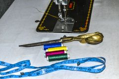 Costurar o equipamento como a Costura-máquina, scissor, grava e fita fotografia de stock