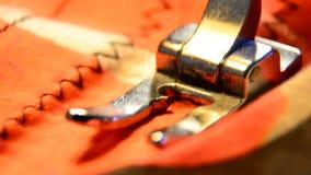 Costure Closeup da peça de funcionamento da máquina de costura com pano colorido filme