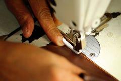 Costure o trabalho em uma máquina de costura na fábrica de matéria têxtil Imagens de Stock