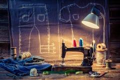 Costure a oficina com pano, máquina de costura e tesouras ilustração do vetor