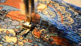Costure a peça de funcionamento da máquina de costura com pano colorido video estoque