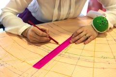 Costureira, alfaiate, cortador com régua e lápis Teste padrão Agulhas fotografia de stock