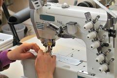 Costureira com máquina de costura imagem de stock