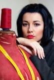 Costureira com o mannequin velho vermelho imagens de stock royalty free