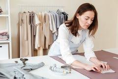 Costureira concentrada que faz testes padrões Foto de Stock Royalty Free
