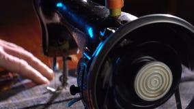 A costureira costura em uma máquina de costura vídeos de arquivo