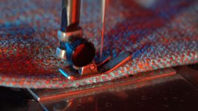 A costureira costura em uma máquina de costura video estoque